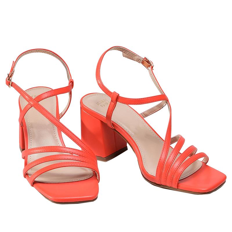 sandały na obcasie w intensywnym kolorze